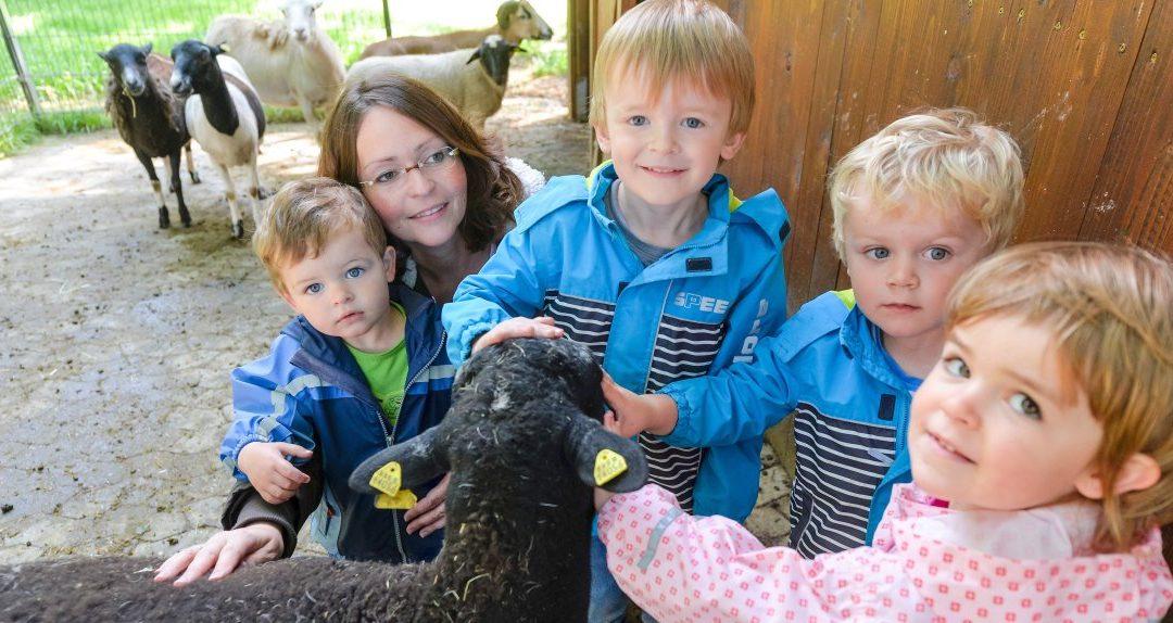 Bauernhoferlebnispädagogin Alexandra Ollmann mit Erik, Henrik, Leonard und Julia. Foto: Volker Herold